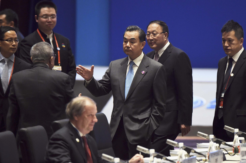 Ngoại trưởng Trung Quốc Vương Nghị đón tiếp các đại biểu dự thượng đỉnh APEC tại Bắc Kinh, ngày 07/11/2014.