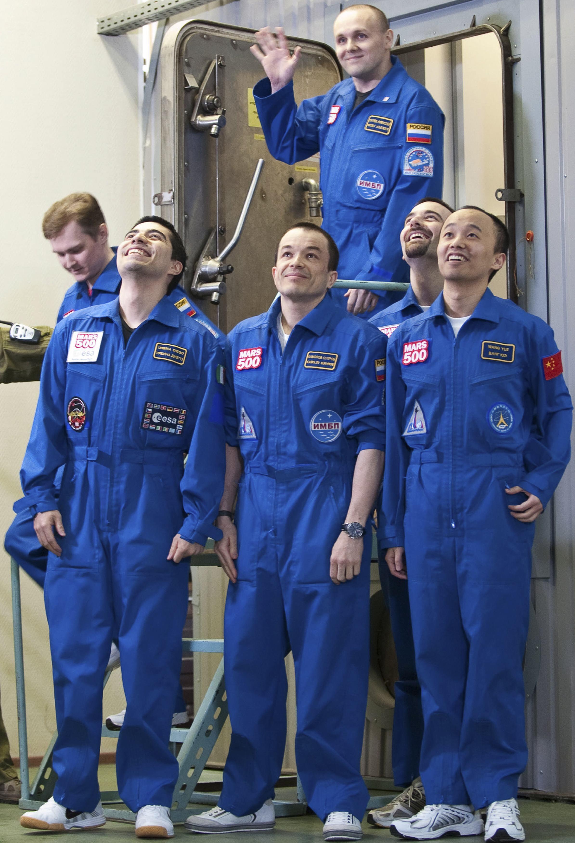 Astronautas russos no final da missão de simulação de uma expedição a Marte, depois de 520 dias de confinamento.