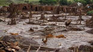 Le 9 novembre 2015, il ne reste plus que des débris du village de Bento Rodrigues après la coulée de boue qui s'est déversée sur le village.