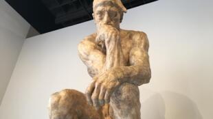«Мыслитель» Родена в первом зале открывшейся 22 марта выставки в Гран-Пале.