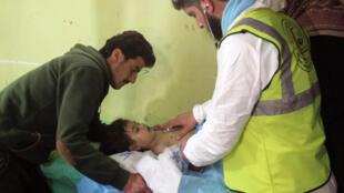 Wani yaro da yake sume a asibitin  Khan Sheikhun, yankin Idlib na Syria inda ake zaton guba ya shaka.