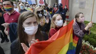 """Manifestación en Varsovia el 4 de octubre de 2020 para protestar contra los comentarios del ministro de Educación, Przemyslaw Czarnek, de que las personas LGBT """"no son iguales a las personas normales""""."""