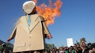 Efigie del presidente chileno Sebastián Piñera quemándose durante una manifestación, el 29 de noviembre de 2019.