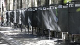 El frente de los colegios en las grandes ciudades así como en los pueblitos ha amanecido esta semana con una larga fila de 34 paneles metálicos: cada uno para pegar el afiche de una de las listas que se presentan en Francia para las elecciones europeas.