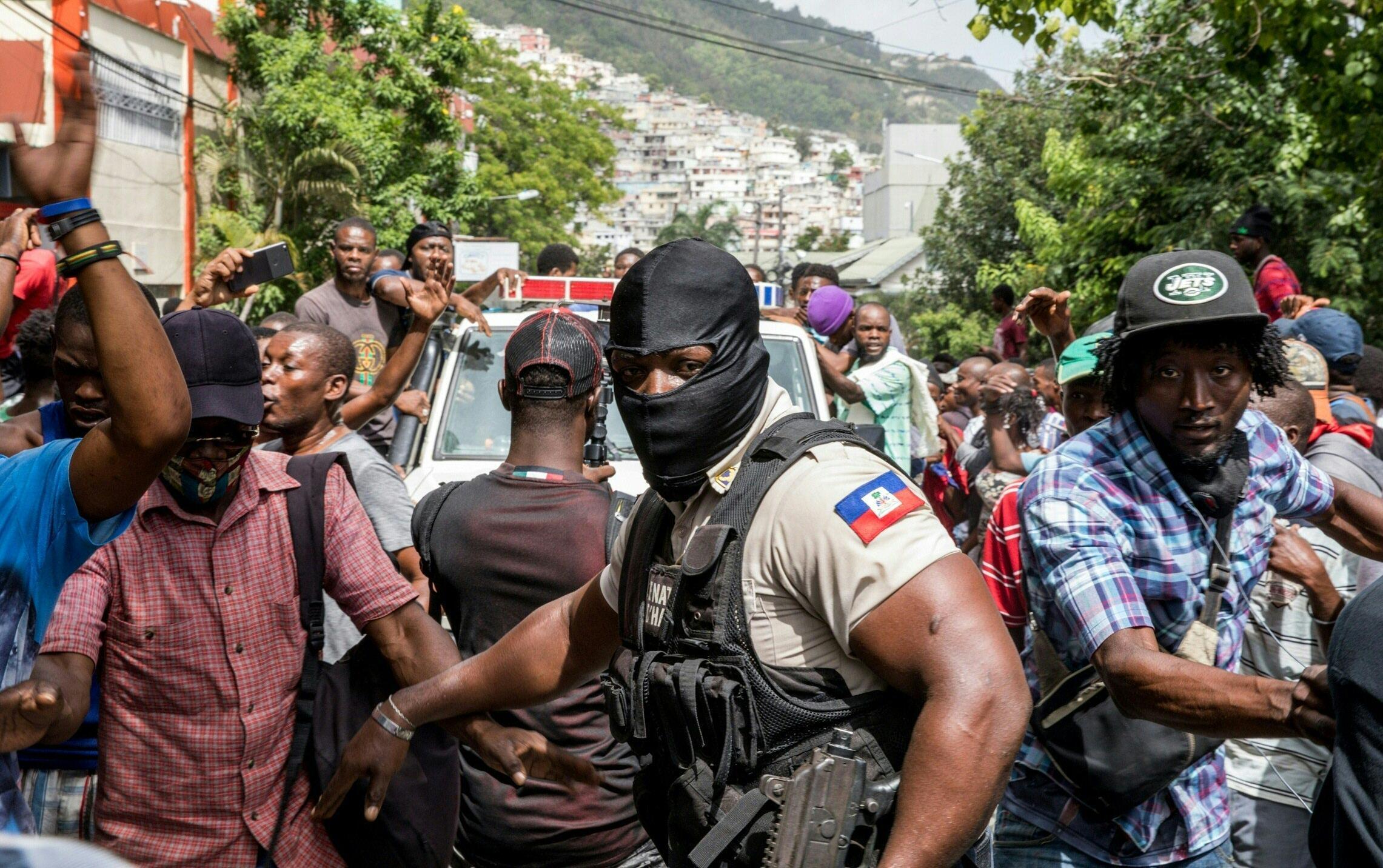Haiti - commando - voiture - foule - policier