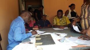 Des parents font inscrire leurs enfants à quelques heures de la rentrée des classes dans une école publique de Kinshasa, le 29 août 2019.