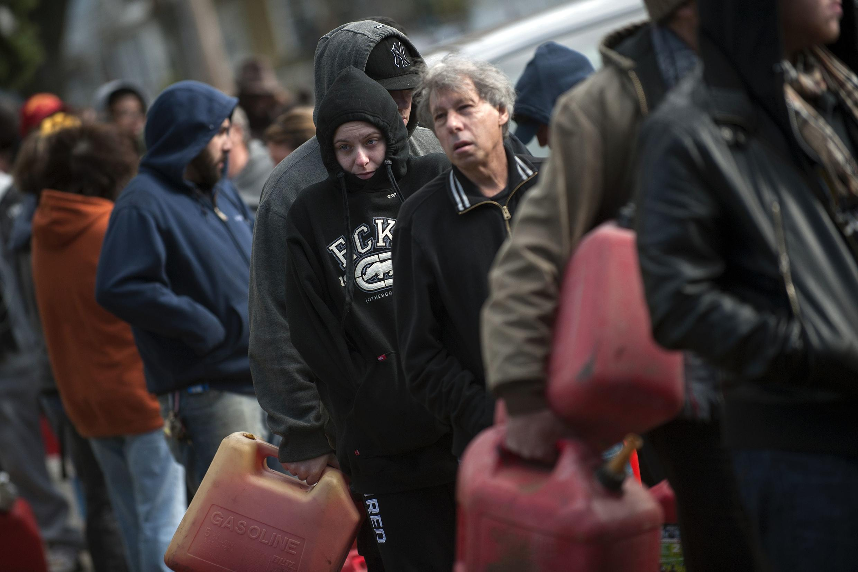 Pessoas fazem fila para conseguir gasolina em um posto instalado temporariamente em Staten Island, Nova York, neste sábado (3).