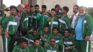 Les jeunes de l'équipe de football pakistanaise des enfants des rues visitent Paris, après une étape en Norvège. Ici, devant l'arc de triomphe le jeudi 7 août. L'équipe est arrivée 3ème de la Street Child World Cup au Brésil en mai dernier.