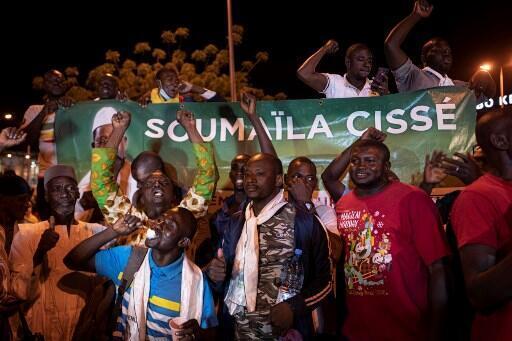 Les partisans de Soumaïla Cissé en liesse à Bamako, jeudi 8 octobre dans la soirée, après l'arrivée de leur leader à l'aéroport Modibo Keita.