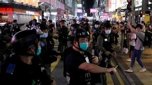 Polícia anti-motim de Hong Kong dispersa manifestantes pró-democracia, que protestam contra o adiamento das eleições legilstivas, inicialmente previstas para 6 de Setembrop de 2020, mas adiadas de um ano devido à pandemia da Covid-19.