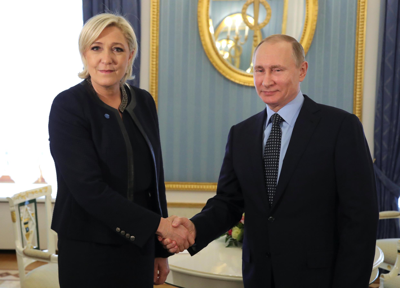 Ứng viên tổng thống Pháp Le Pen (trái) và tổng thống Nga, Putin tại Matxcơva ngày 24/03/2017.