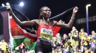 L'athlète kényane Ruth Chepngetich célébrant son titre de championne du monde du marathon, à Doha au Qatar le 28 septembre 2019.