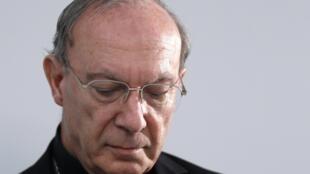 Andre-Joseph Leonard, Arzobispo de Bruselas, este lunes 13 de septiembre en una conferencia de prensa en la capital belga, intentando dar respuestas institucionales ante las acusaciones del informe.