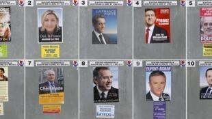 Bảng hình ảnh các ứng cử viên tổng thống Pháp gần một địa điểm bỏ phiếu.
