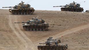 L'armée turque a déployé des dizaines de tanks à sa frontière pour lutter contre la progression de l'EI, le 29/09/14.