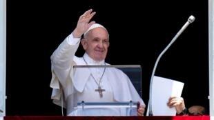 Papa Francisco na foto na Praça de S. Pedro em Roma em junho, está agora a visitar Moçambique
