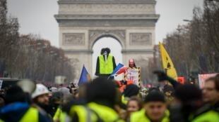 """""""Coletes amarelos"""" protestam na avenida Champs Elysée."""