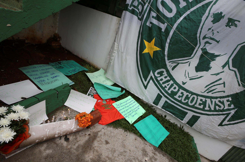 Flores e mensagens são vistas ao lado de uma bandeira da equipe de futebol Chapecoense em homenagem a seus jogadores na frente do estádio Arena Conda em Chapeco, Brasil, 29 de novembro de 2016.