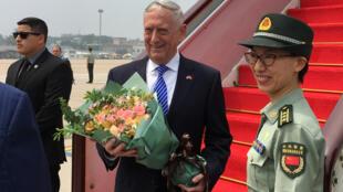 Bộ trưởng Quốc Phòng Mỹ James Mattis tại sân bay Bắc Kinh, Trung Quốc, ngày 26/06/2018.