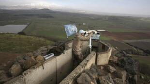 Un soldat des Nations unies observe la frontière avec le Liban, à partir des territoires occupés par Israël dans le Golan, le 28 janvier 2015.