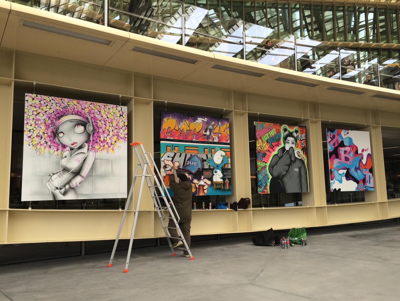 Họa sĩ graffiti Shuck 2 đang hoàn thiện tác phẩm nhân dịp khánh thành La Canopée tại Les Halles, Paris, ngày 09/04/2016.