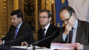 Le ministre français de la Culture Frédéric Mitterrand, le chef de la diplomatie française Bernard Kouchner et l'ex-ministre de l'Education Xavier Darcos lors de la conférence annonçant la création de l'Institut français le 21 juillet 2010.