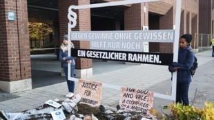 Familiares das vítimas da tragédia de Brumadinho protestam diante do escritório da TÜV SÜD em Munique.