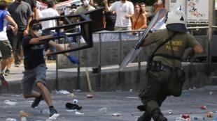 Confronto de manifestantes e policiais nesta terça-feira no centro de Atenas.