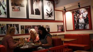 Hình ảnh công nương Diana ở khắp nơi trong một quán cà phê Luân Đôn. Ảnh chụp ngày 15/08/2017.