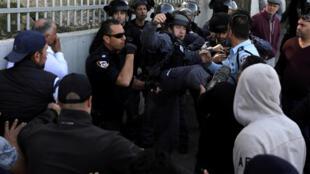 ប៉ូលីសអ៊ីស្រាអែលបានឈ្លោះប្រកែកជាមួយបាតុករប៉ាឡេស្ទីនបន្ទាប់ពីការបួងសួងរបស់ពួកគេនៅថ្ងៃសុក្រមុននៅតាមផ្លូវមួយនៅខាងក្រៅក្រុង Jerusalem ខាងកើត ថ្ងៃទី២កុម្ភៈឆ្នាំ ២០១៨ REUTERS / Ammar Awad TPX IMAGES OF THE D