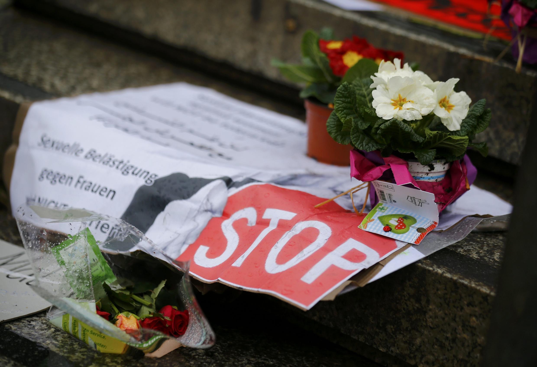 Hoa và biểu ngữ kêu gọi chấm dứt xâm hại tình dục, đặt tại quảng trường trung tâm Cologne, Đức, ngày 11/01/2015, nơi xảy ra hàng loạt vụ xâm hại.