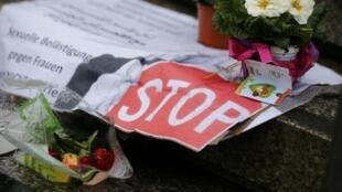 Des fleurs et des affiches à Cologne, le 11 janvier 2016, en hommage aux centaines de femmes agressées, lors de la nuit de la Saint-Sylvestre.
