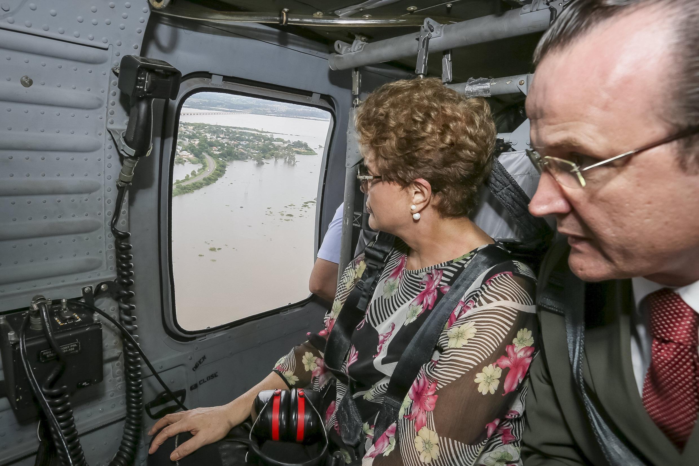 La presidenta Dilma Rousseff sobrevuela la región inundada de Uruguaiana, en Brasil, junto al mayor retirado Luiz Augusto Schneider, 26 de diciembre de 2015.