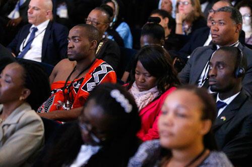 L'assistance écoute le message du secrétaire d'Etat américain John Kerry lors du forum de la société civile, au sommet USA/Afrique, le 4 aout 2014 à Washington.