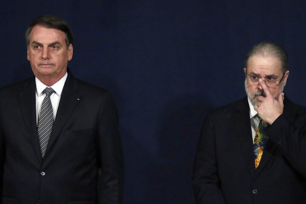 """O presidente Jair Bolsonaro, ao lado do procurador-geral da República, Augusto Aras, que afirmou que Lava-Jato precisa de """"uma correção de rumo""""."""