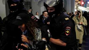 В Москве на акции против поправок к Конституции задержали более ста человек. 15 июля 2020 года.