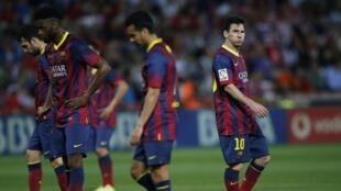 Lionel Messi tare da 'Yan wasan Barcelona suna juyayi