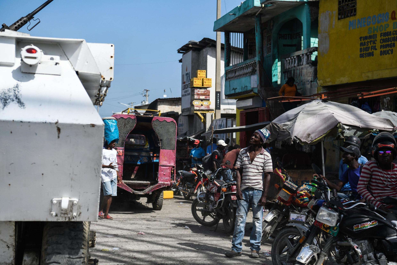 Un véhicule de la Misison des Nations unies patrouille dans un quartier de Port-au-Prince tenu par un gang, le 25 juin 2019.