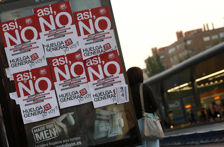 Manifestantes carregam cartazes em Madri durante passeata contra plano de austeridade do governo espanhol.
