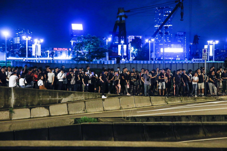 Manifestantes cercaram o Conselho Legislativo de Hong Kong nesta terça-feira (11) para protestar contra um polêmico projeto de lei.