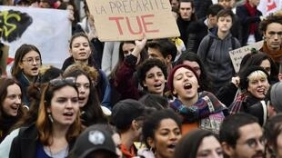 法国中部城市里昂的大学生游行,要求政府解决他们的财务困境2019年11月26日