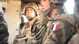 """El presidente francés François  Hollande afirmó que """"en los próximos días"""" fijará el nuevo  calendario de retiro de tropas en Afganistán, declaró antes del inicio de la cumbre de la OTAN en Chicago. En la foto, soldados franceses en Afganistán."""