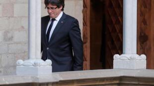 O presidente destituído do governo catalão, Carles Puigdemont, é esperando nesta quinta-feira na Espanha