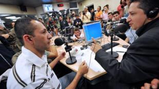 Herbin Hoyos (à droite), durant son émission sur Radio Caracol, en compagnie de l'otage libéré Vaney Rodriguez le 6 juillet 2008 à Bogota.