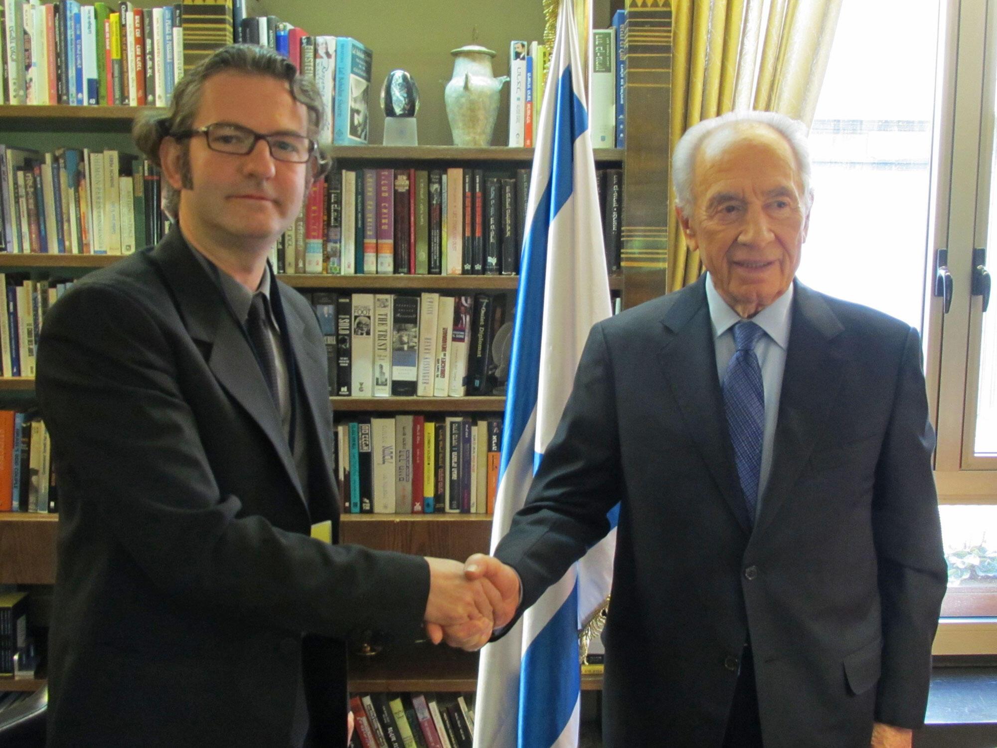 Le président israélien, Shimon Pérès (D) et Nicolas Falez.