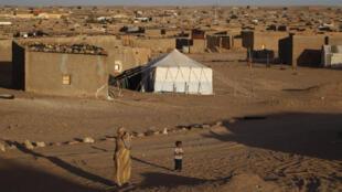 Le secrétaire général des Nations unies Ban Ki-moon remet sur le métier le dossier du Sahara occidental avec une visite de camps de réfugiés sahraouis de Tindouf (Algérie) avant une rencontre avec les chefs du Polisario (ici camp de Boudjdour)