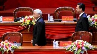 Tổng bí thư Nguyễn Phú Trọng (T) và thủ tướng Nguyễn Tấn Dũng, tại Đại hội Đảng lần thứ 12.