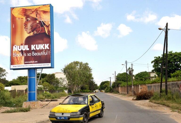 L'offensive de Ñuul Kukk contre le blanchiment de la peau au Sénégal prend la forme d'affiches dans les rues de la capitale, à Dakar, le 10 octobre 2012.