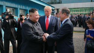 Imagen de archivo de la cumbre de los gobernantes de Corea del Sur, Moon Jae-in, y Corea del Norte, Kim Jong Un, con el entonces presidente de Estados Unidos, Donald Trump, en junio de 2018 en Singapur