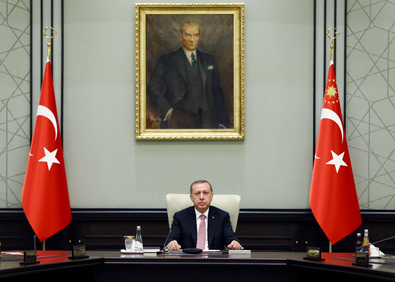 Tổng thống Thổ Nhĩ Kỳ Tayyip Erdogan tại Hội Đồng An Ninh Quốc Gia (MGK), Ankara, ngày 20/07/2016.
